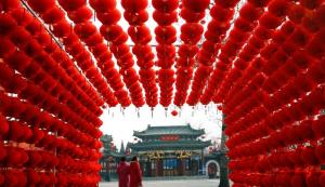 Visitantes observam decoração de lanternas de papel no parque de Longtan, em Pequim, dois dias antes do Ano Novo chinês.