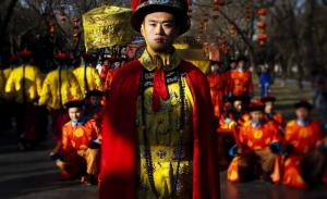 Ator chinês representa um imperador durante uma encenação do ritual de sacrifício para o céu, em comemoração ao Ano-Novo